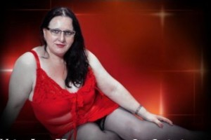 MatureJennyBB is a hot milf with no panties on